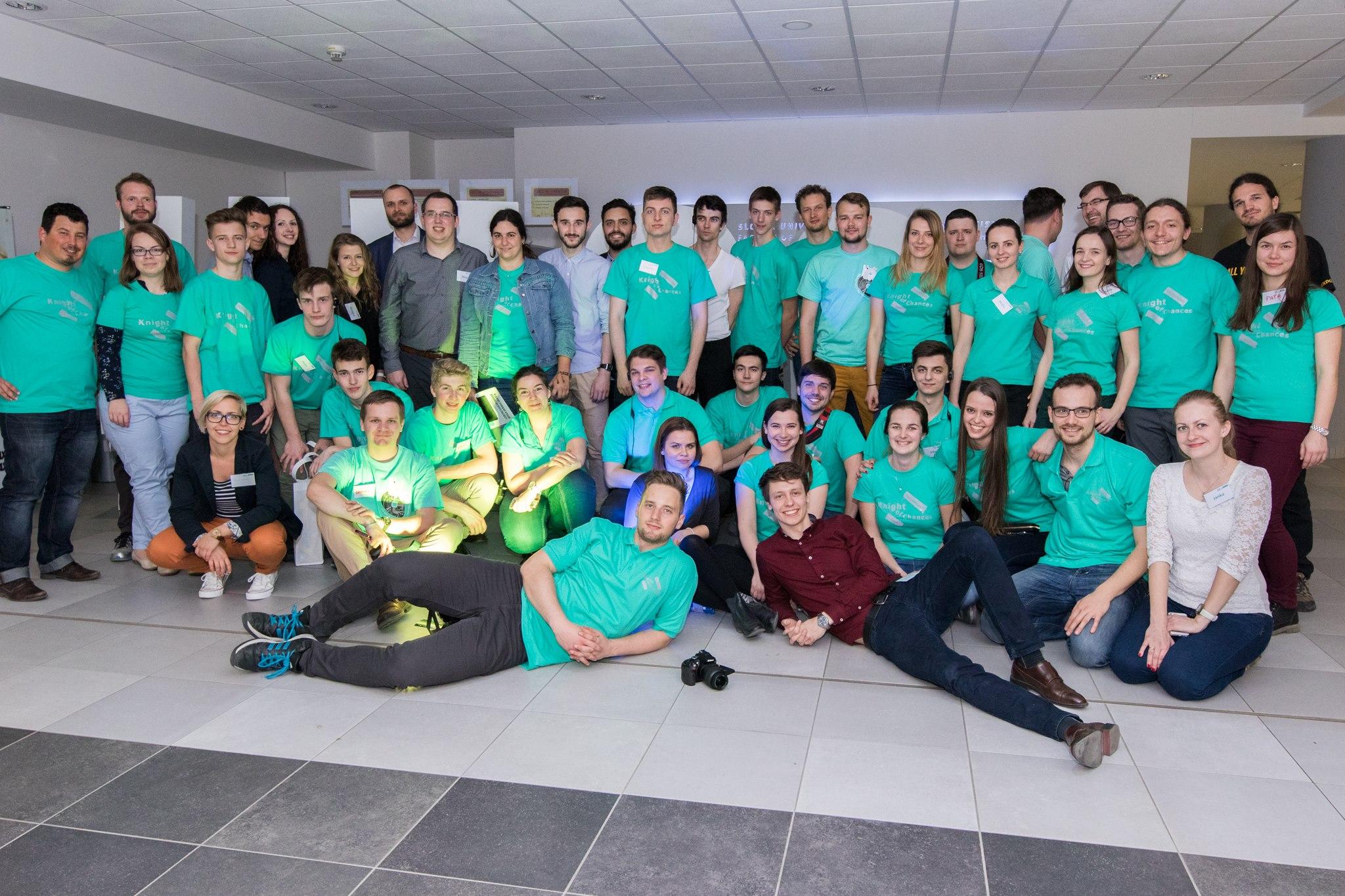 Martin (vpravo úplne dole) a časť Nexterie, organizačného tímu a dobrovoľníkov, ktorí organizovali Night of Chances Technology 2017 v Bratislave