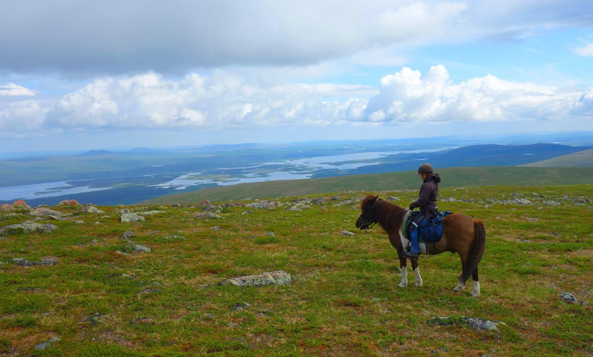 Júlia na koňoch v prírode