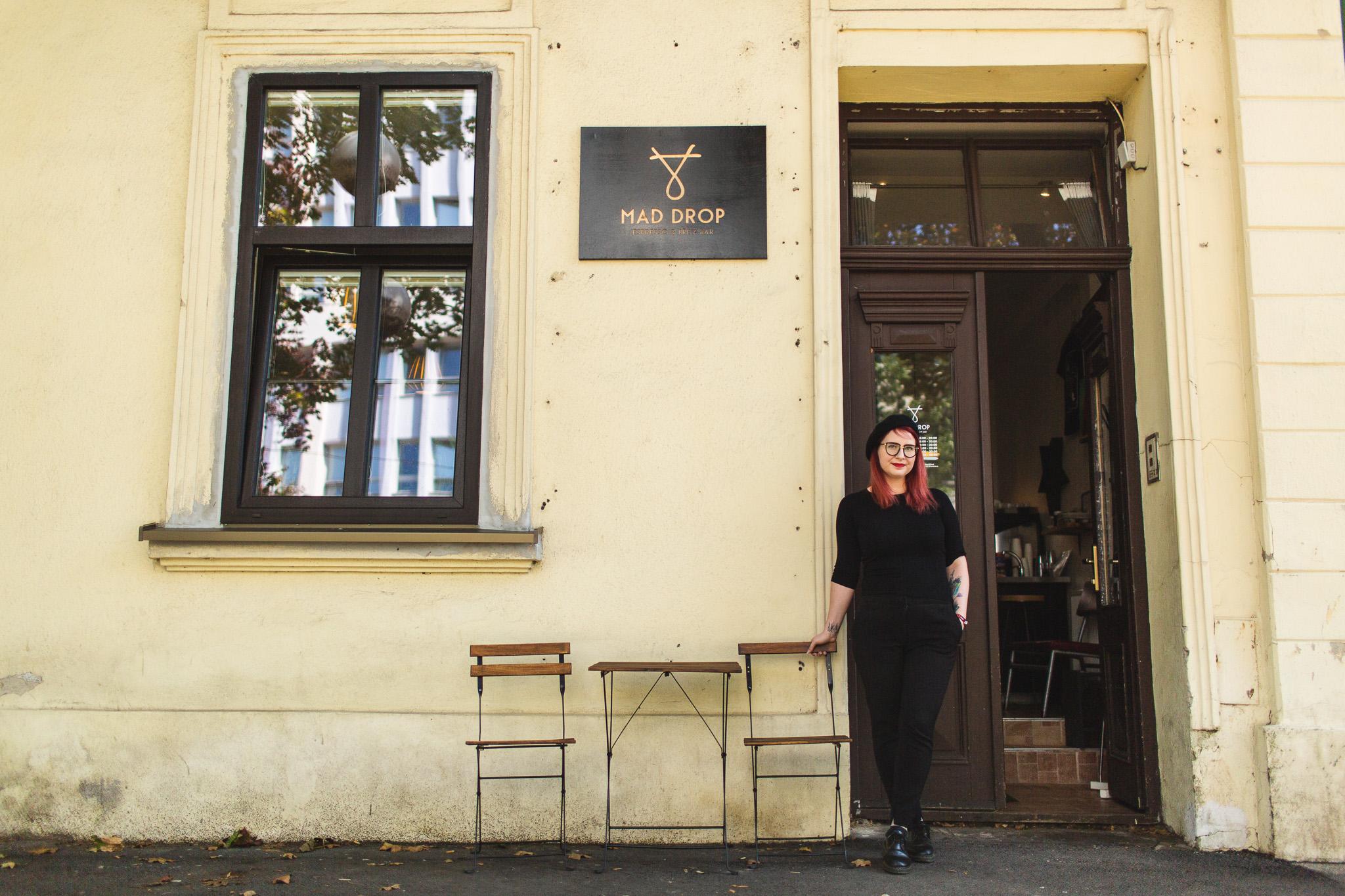 Martina Jandíková pred kaviarňou Mad Drop