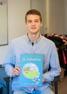 Ľuboš so svojou knihou Ja, futbalista