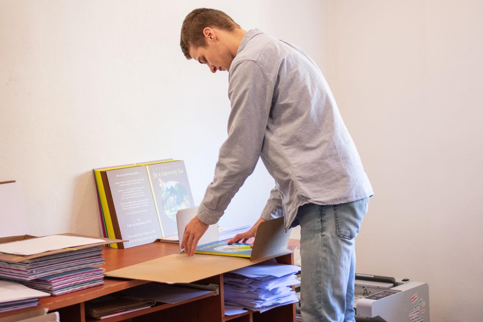 Ľuboš svoj produkt nielen manažuje. Knihy aj sám tlačí a pripravuje na expedíciu.